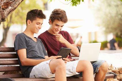 Dos niños navegando por internet sin tener en cuenta la protección de datos