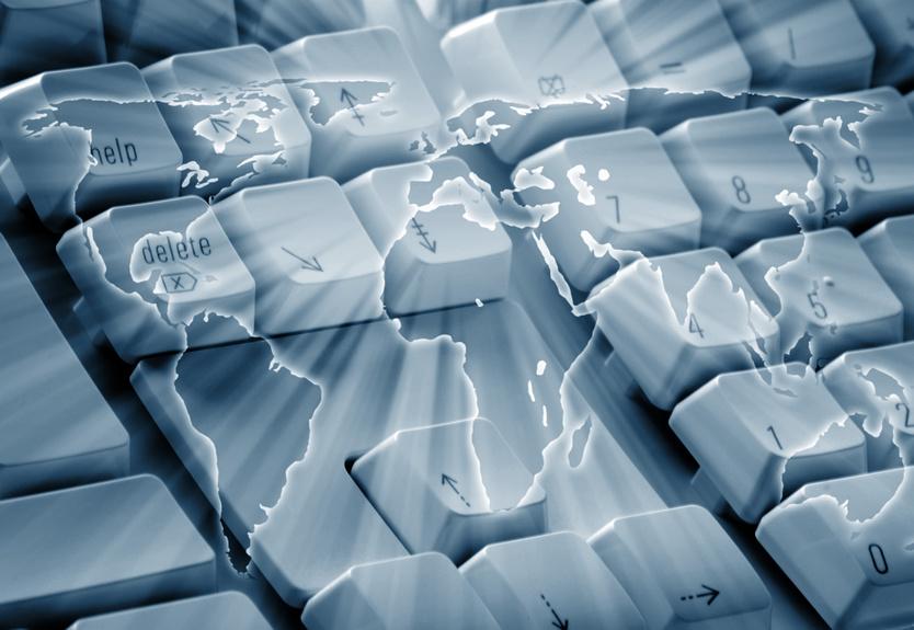 Teclado de ordenador con mapa del mundo dibujado simulando la petición de derecho al olvido a nivel mundial