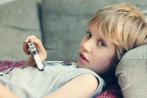Un niño navegando a través de un smartphone. Muchas veces lo hacen sin que nadie vele por su protección de datos