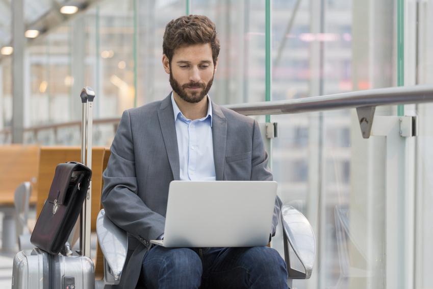 Hombre conectándose a una red wifi pública en un aeropuerto, momento que se tiene que procurar por la protección de datos