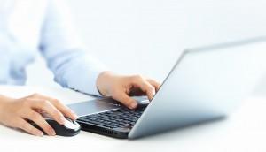 Hombre navegando por internet velando por su protección de datos