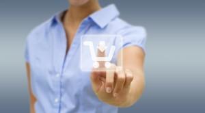 Mujer usando una interfaz digital para comprar online garantizando su protección de datos