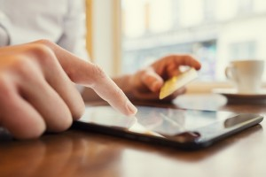 Hombre comprando por internet, el uCommerce se convertirá en la nueva tendencia en comercio electrónico