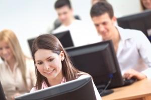 Alumnos estudiando ciberseguridad con ordenador
