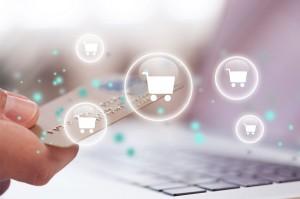 imagen de una tarjeta y carritos de compra de comercio electrónico