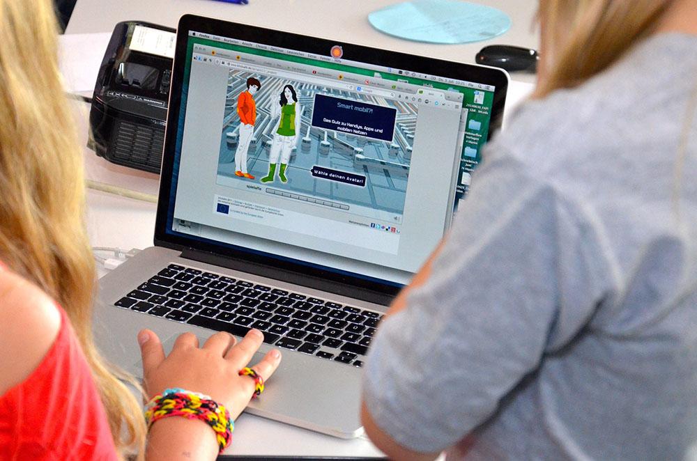 Una adolescente enseñando a su madre a navegar de forma segura por Internet