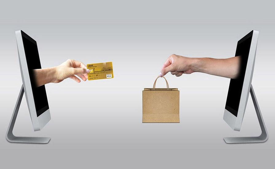 Dos pantallas en una simulación de comercio electrónico entre dos tienda oline. Ecommerce. Comercio online