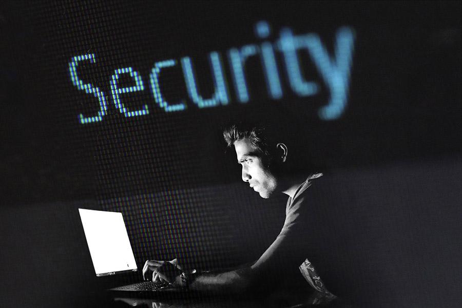 Un hacker planeando un ciberataque