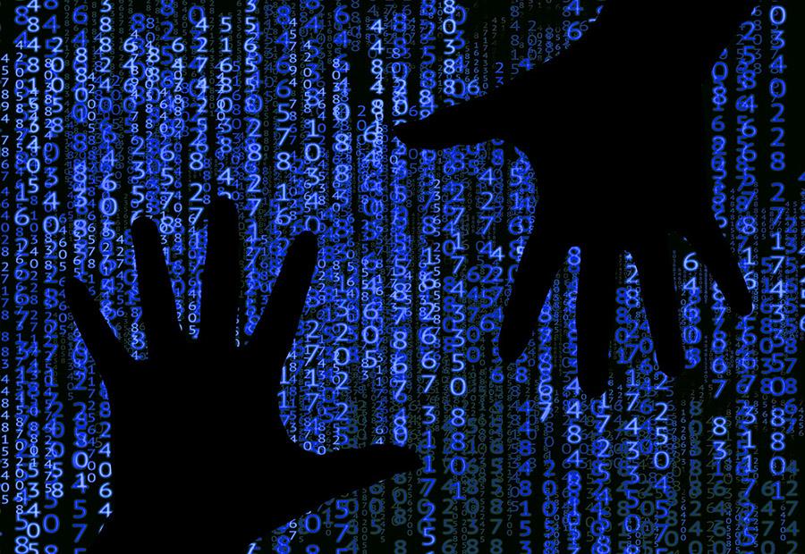 Dos manos y opiniones con código