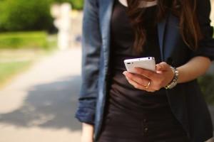chica con movil para ilustrar post de conversia sobre problemas privacidad resueltos con una app